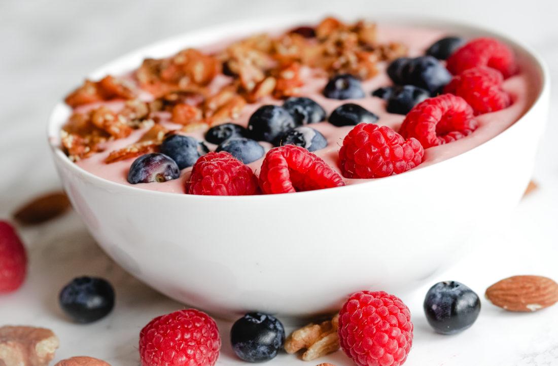 Yoghurt med nøtter og bær