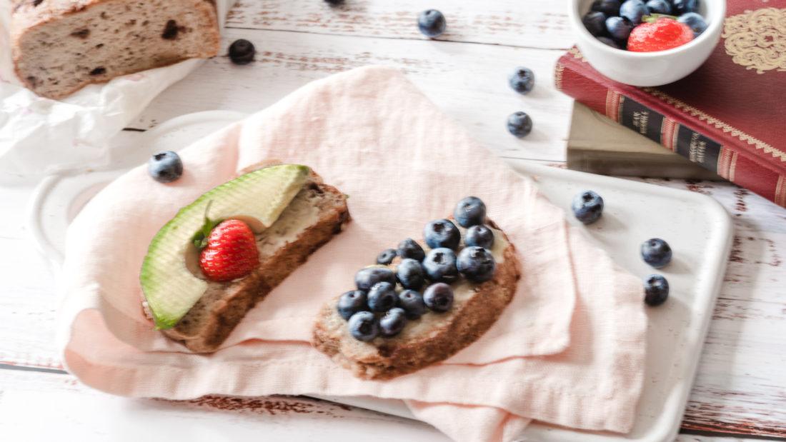 Nystekt brød med innbakte blåbær.