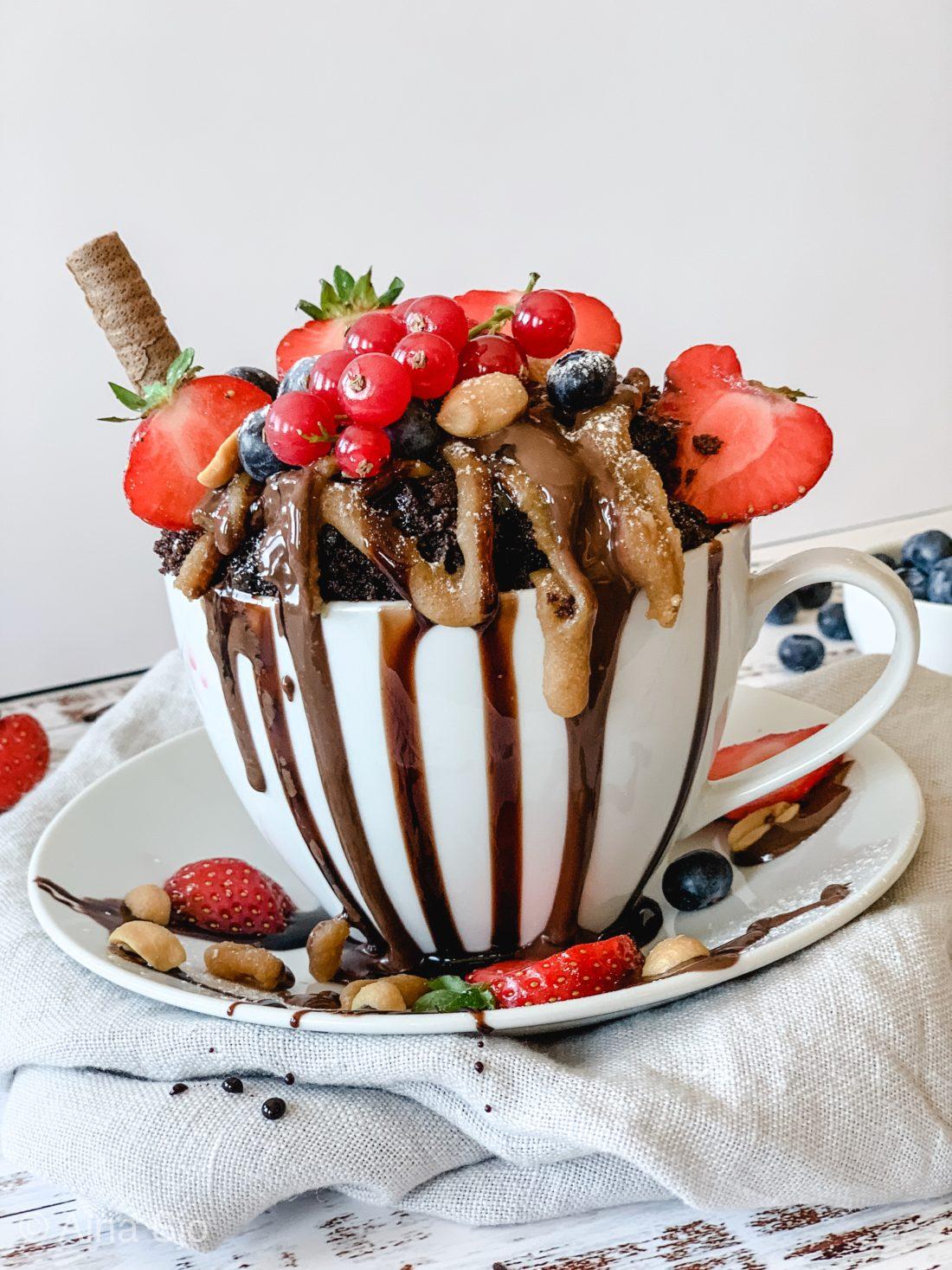 Kake i kopp dekket i rennende sjokolade og friske bær på kun 5 min.