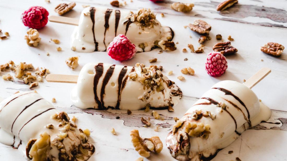 Vanilje is i sjokolade striper og rullet i nøtter.