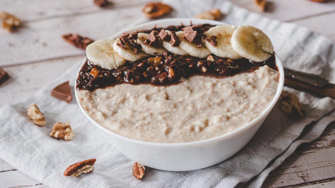 Havregrøt med banan & nøtteblanding surret i sjokolade.