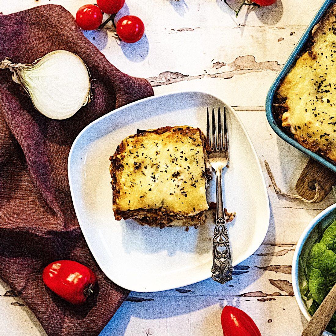 Nystekt Lasagne med frisk salat.
