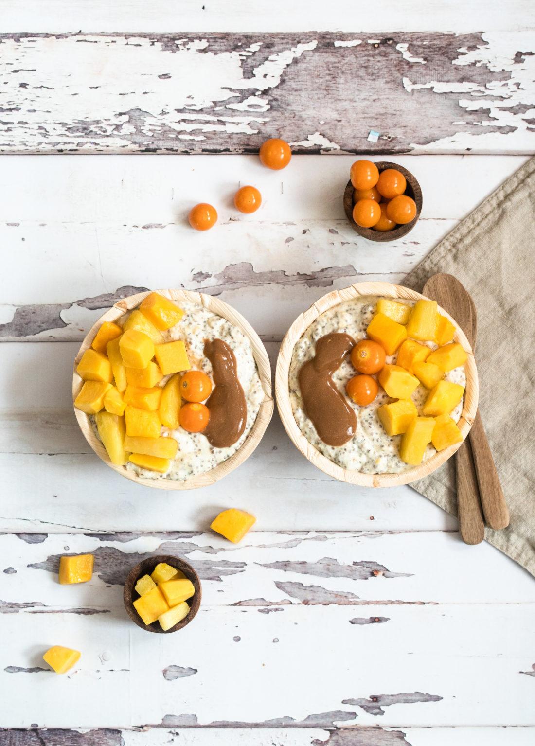 Chia/havre grøt  med mango & bær toppet med pranøttsmør.