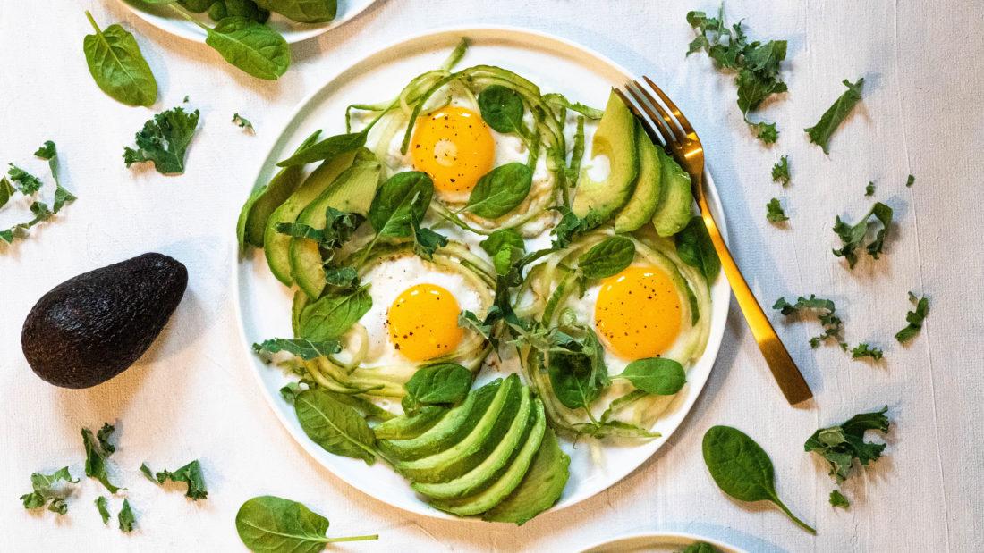 Protein tallerken med avokado i grønne omgivelser.