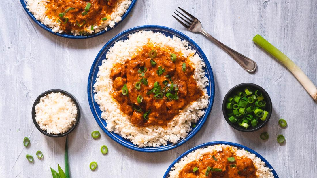 Kyllingfilét i spicy fløtesaus med blomkål ris & friske urter
