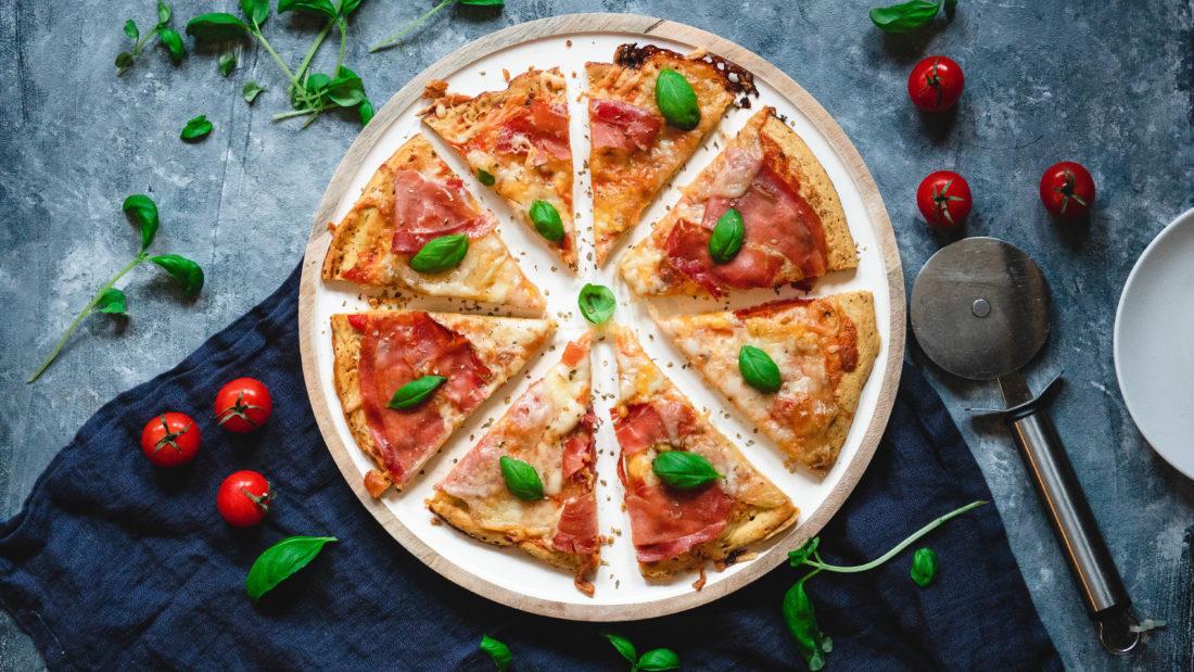 Pizza av kikertmel, toppet med fresk mozzerella & urter