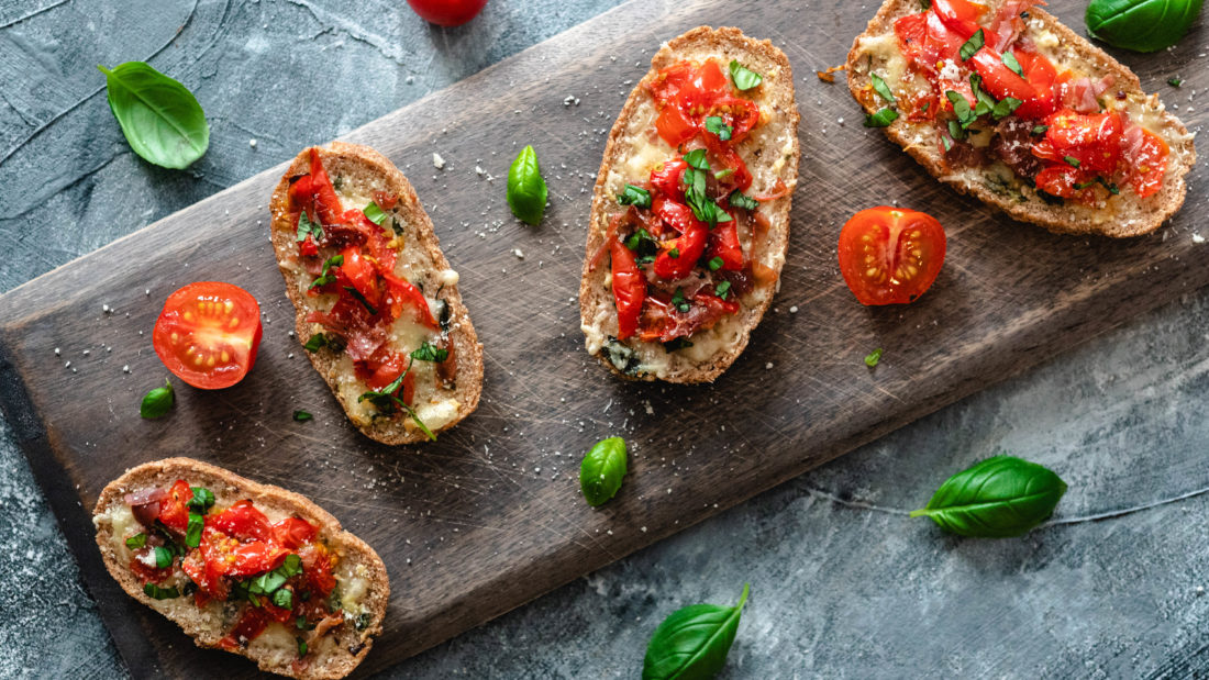 Keto Bruschetta toppet med ost, serrano skinke, tomater &  friske urter