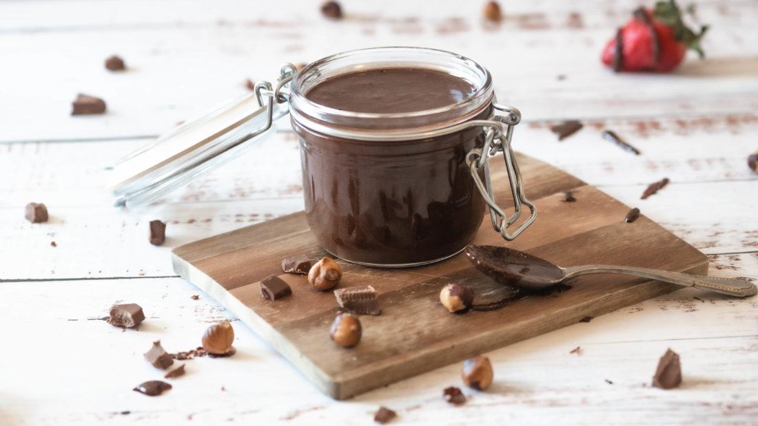 Hjemmelaget sjokoladepålegg med hasselnøtter