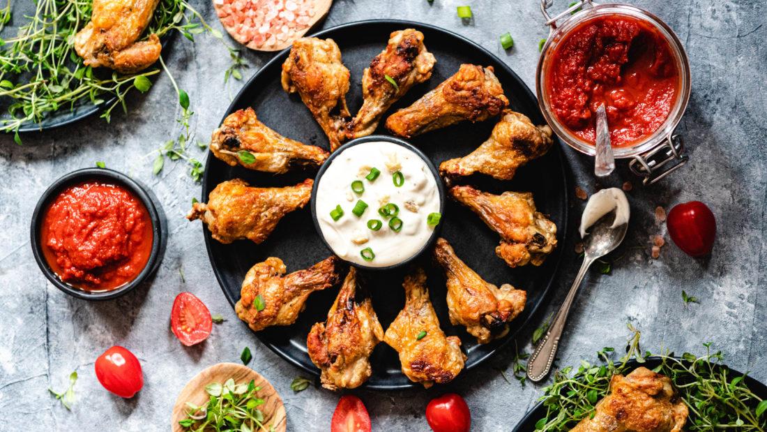 Knasende kylling klubber med sukkerfri ketchup & blåmugg dipp