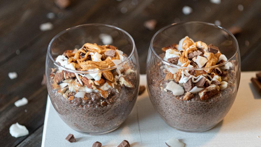 Chia pudding i kakao med peanøttsmør og crispy nøtteblanding